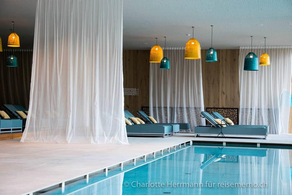 Entspannungsliegen am Schwimmbad im Hotel Rosengarten