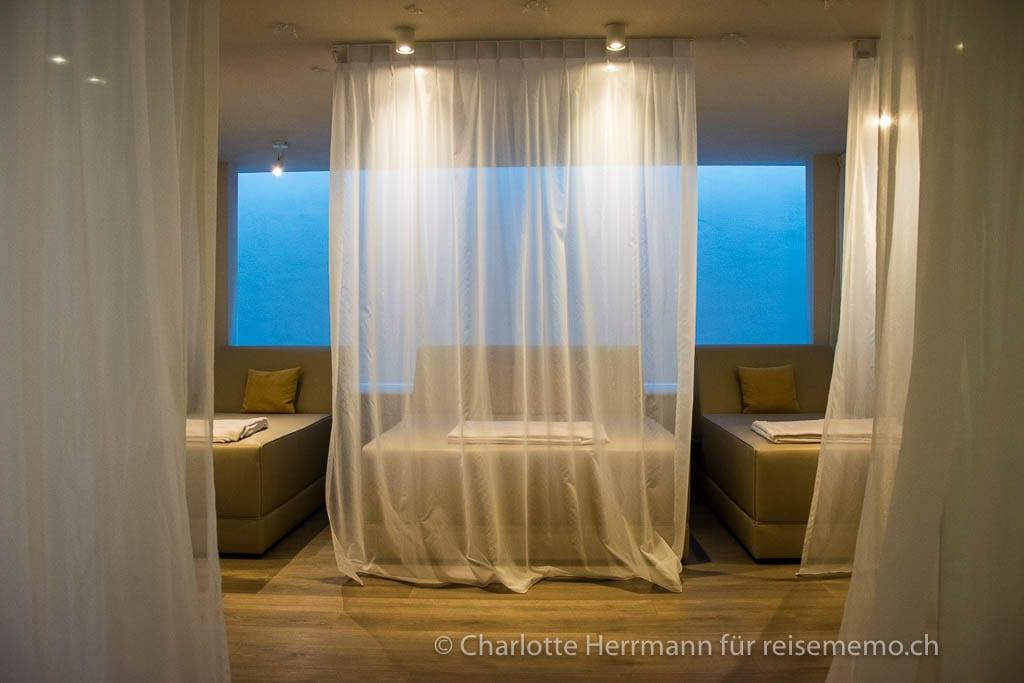 Liegen im Ruheraum im Schenna Resort