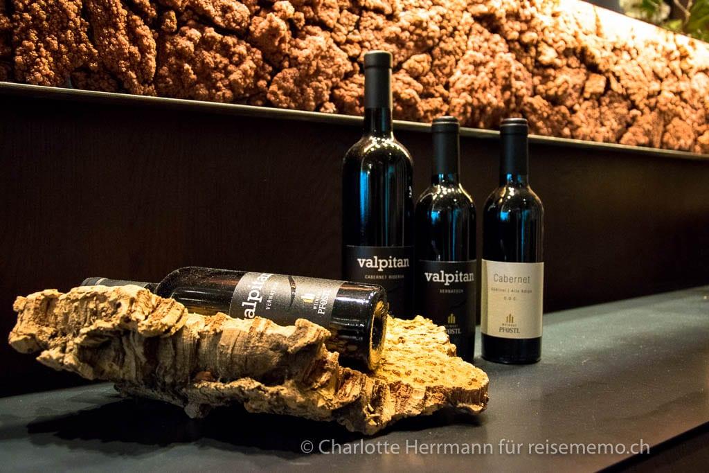 Weinflaschen dekorieren den Speisesaal im Hotel Rosengarten