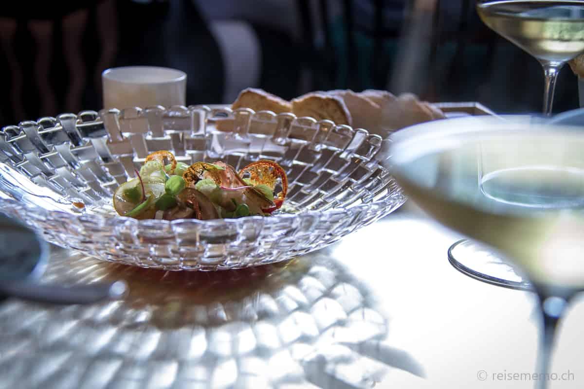 Tomatensalat mit Basilikum und Stangensellerie