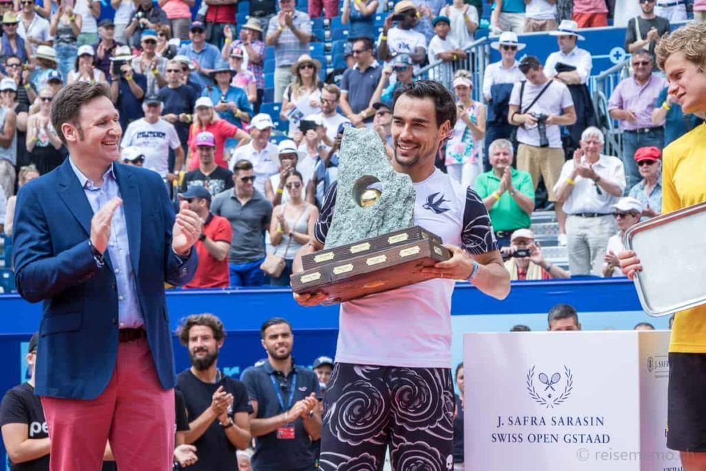 J. Safra Sarasin Sponsor und Fabio Fognini mit der Siegertrophäe