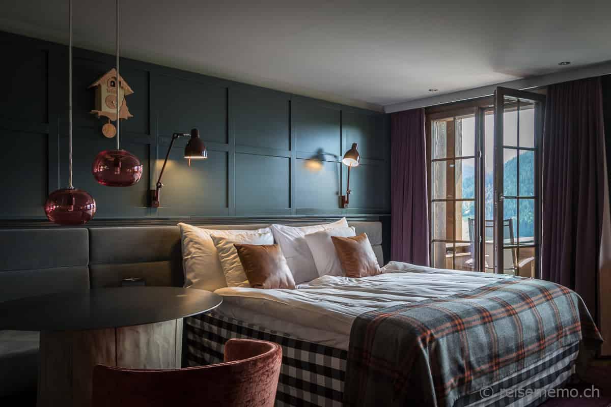 Doppelzimmer im Chalet-Stil des HUUS Gstaad. Mit Hästens Bett