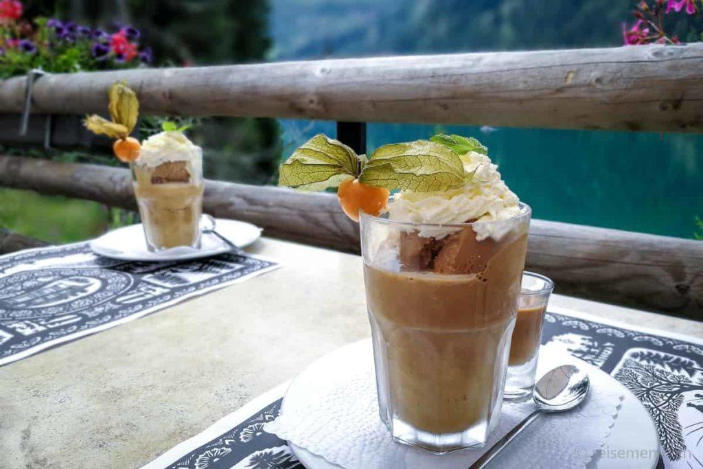 Café Melange mit Aussicht auf den Arnensee
