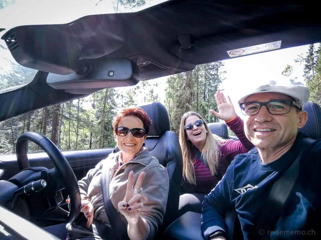 Katja Birrer, Nicole Hunziker und Walter Schärer im Evoque Cabrio
