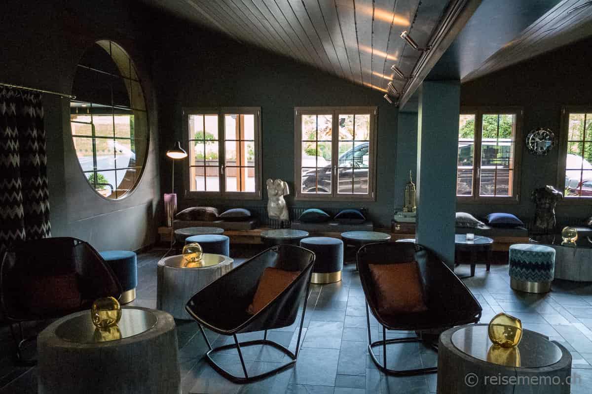 Lobby HUUS Gstaad Hotel und Vorfahrt für Autos
