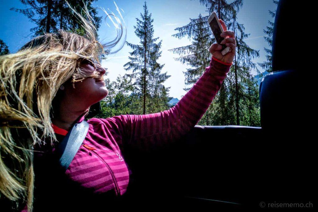 Nicole Hunziker im Fahrtwind-Selfie