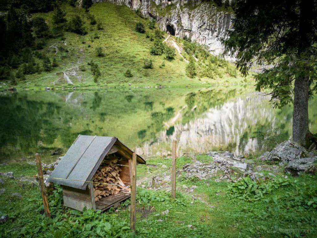 Feuerstelle mit Feuerholz und Aussicht auf den Talalpsee