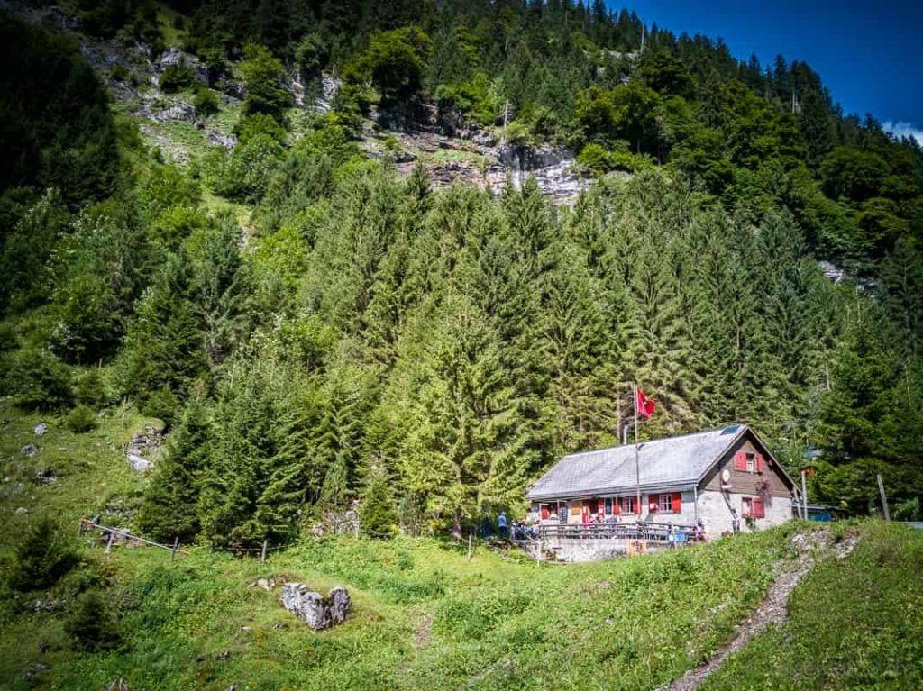 Talalpsee Bergrestaurant mit Glarnerfahne
