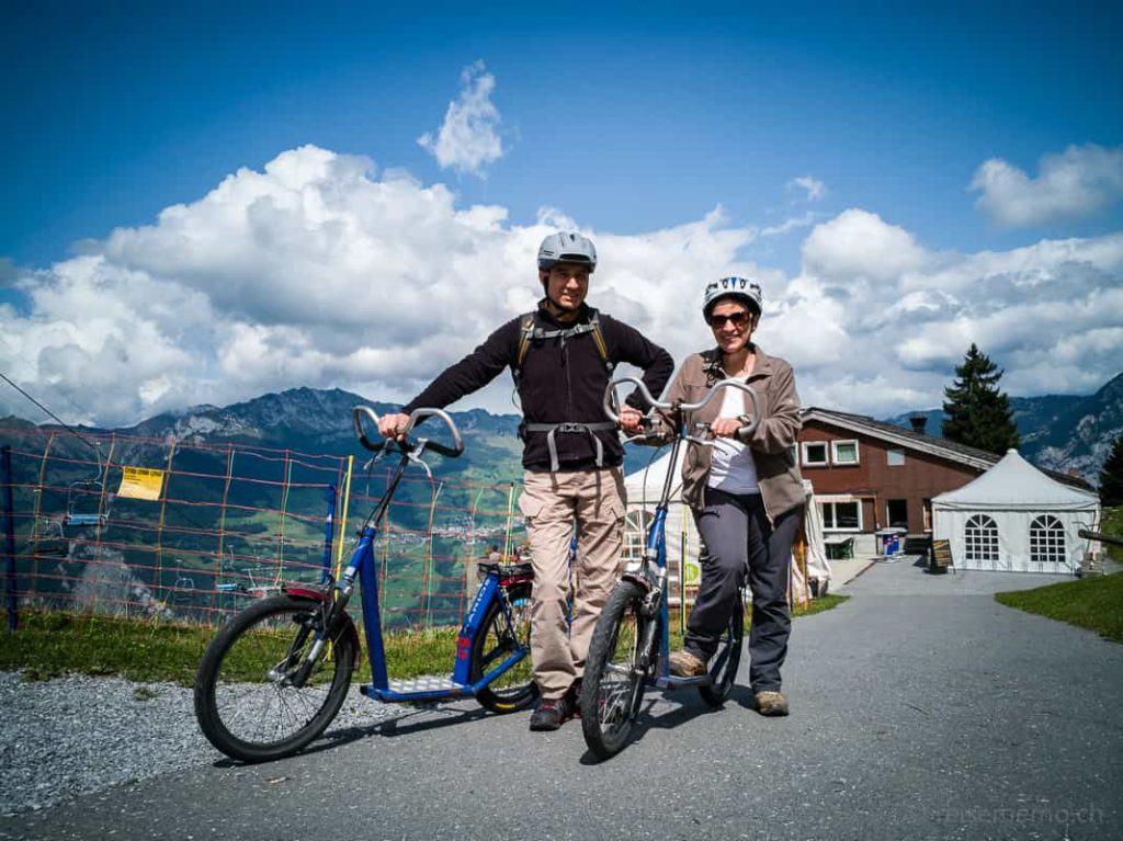 Walter Schärer und Katja Birrer bereit für die Trottinett-Abfahrt