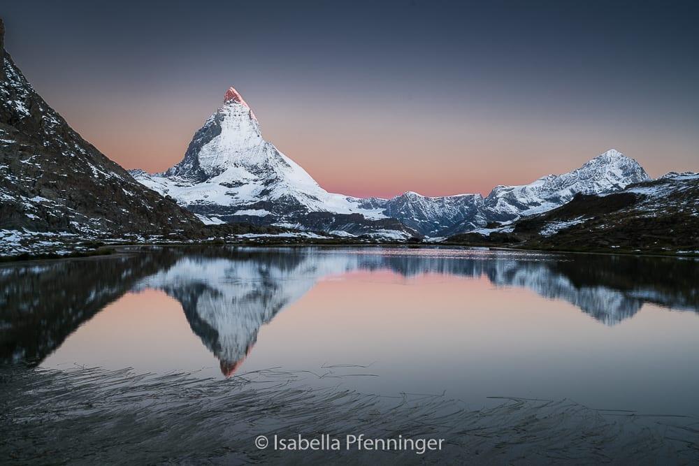Matterhorn-Foto im Morgenrot am Riffelsee