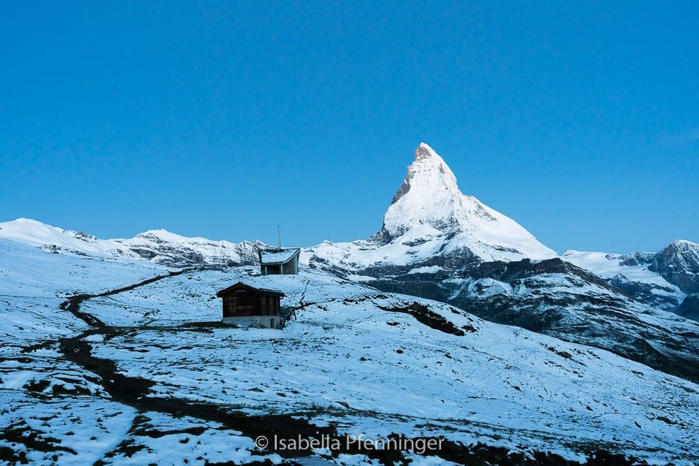 Blaue Stunde auf der Riffelalp bei Zermatt mit Blick auf das Matterhorn