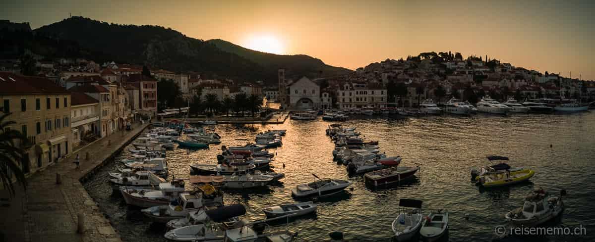 Hafen von Hvar bei Sonnenaufgang