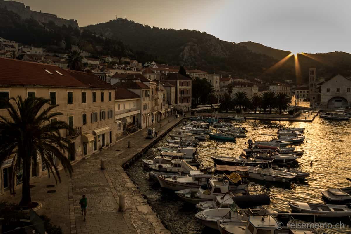 Hvar Hafenpromenade bei Sonnenaufgang