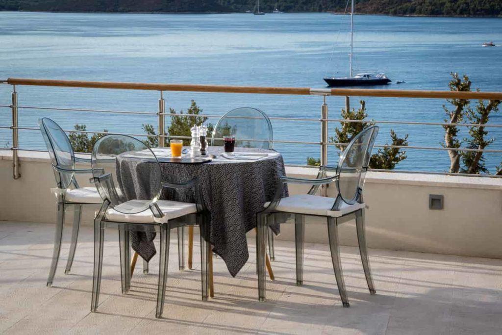 Frühstückstisch auf der Terrasse des Ola Hotel