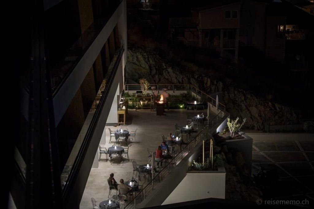 Ola Restaurantterrasse in der Nacht