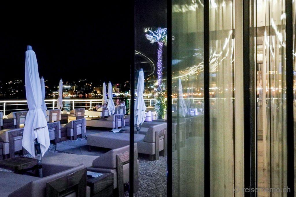 Fensterscheiben nachts im Beach Club bei Opatija
