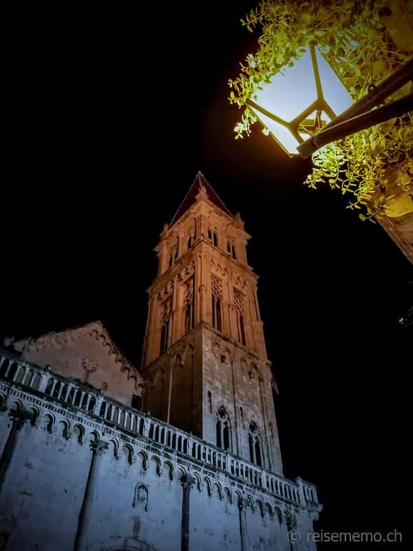 Sankt Lorenz Kathedrale in Trogir bei Nacht