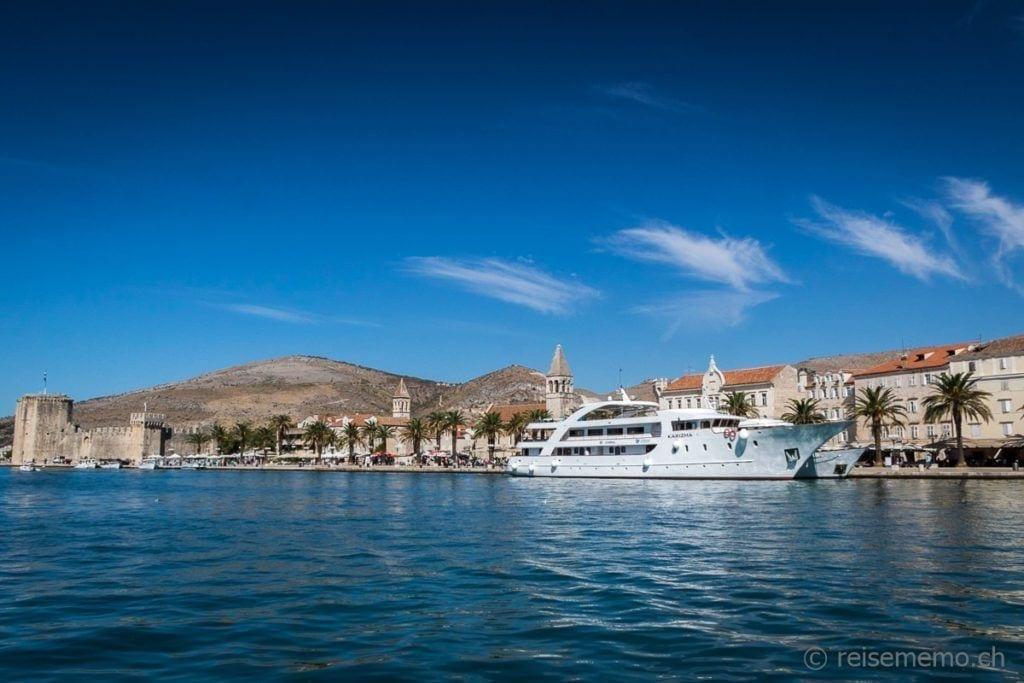 Jacht am Pier von Trogir