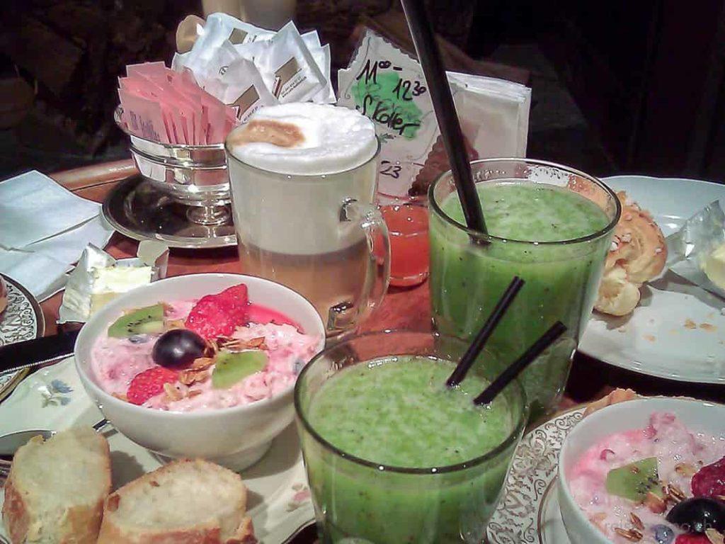 Birchermüesli, Kiwisaft & Latte Macchiato zum Brunch im Babu's in Zürich