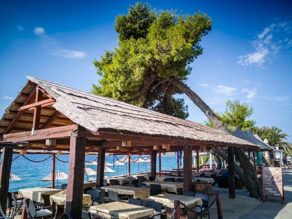 Terrasse des Cocos Restaurants am Strand bei Trogir