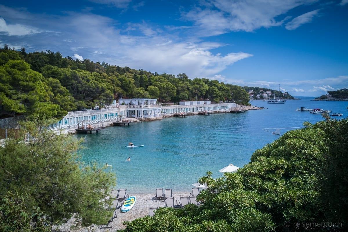 Bonj 'les Bains' Beach Club in einer Bucht bei Hvar in Kroatien