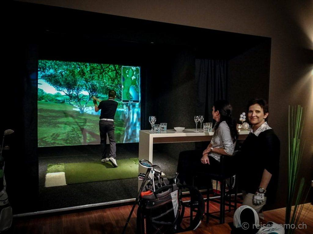 Golfsimulatorbox mit kleiner Bar