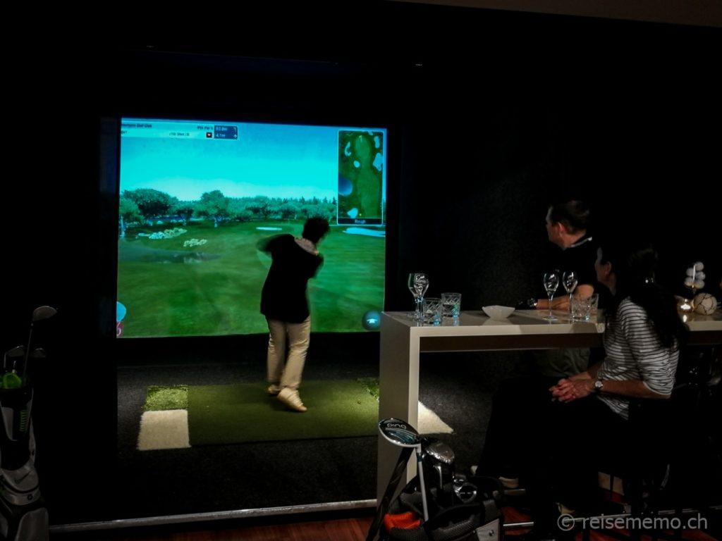 Katja Birrer im Golfsimulator