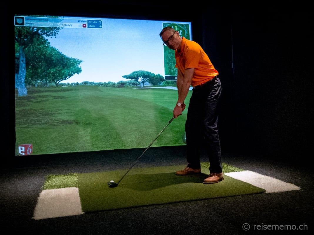 Walter Schärer im Golfsimulator in der Golf Now Lounge