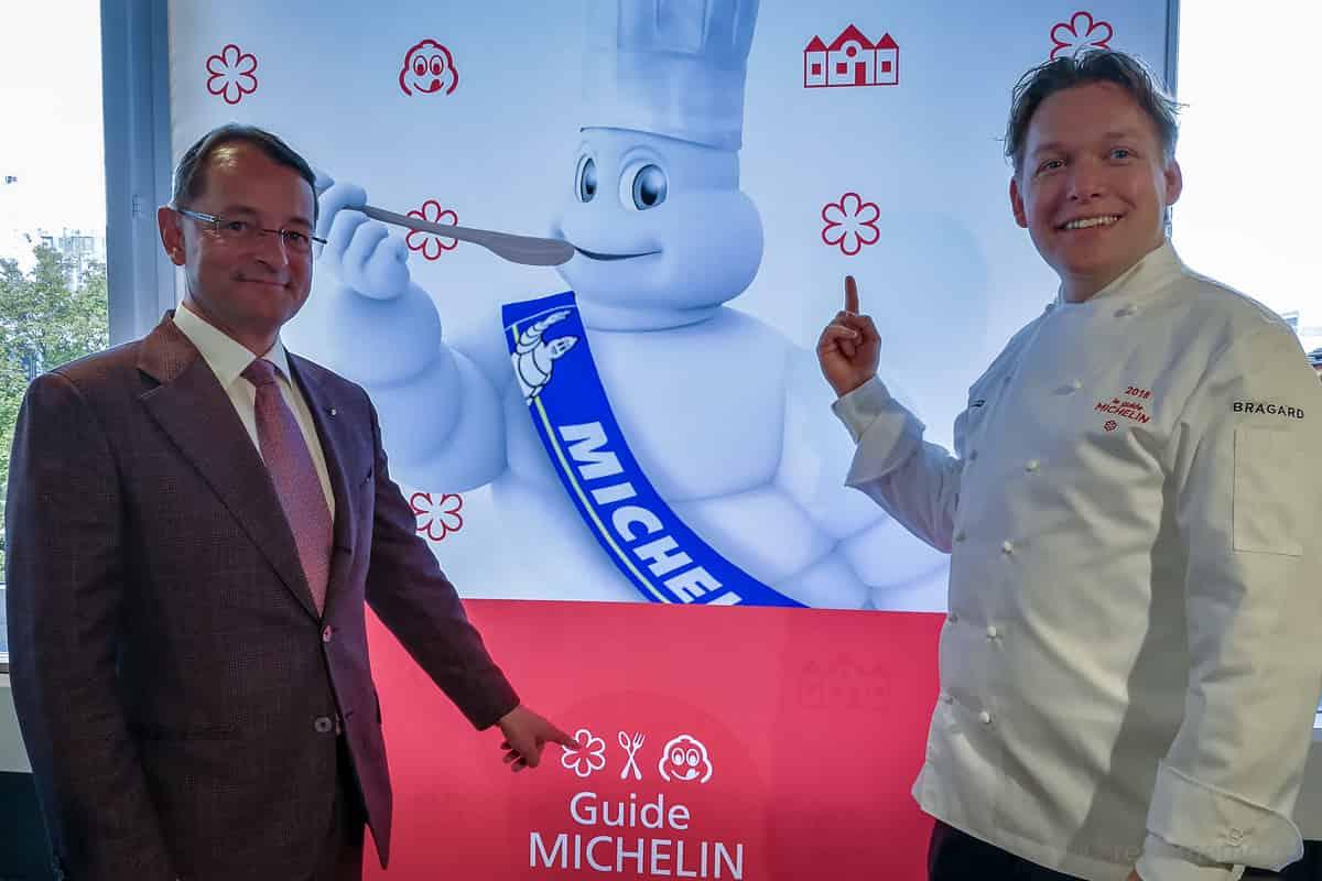 Chef Mattias Roock mit Hoteldirektor Simon Jenny und ihrem Gourmet-Stern