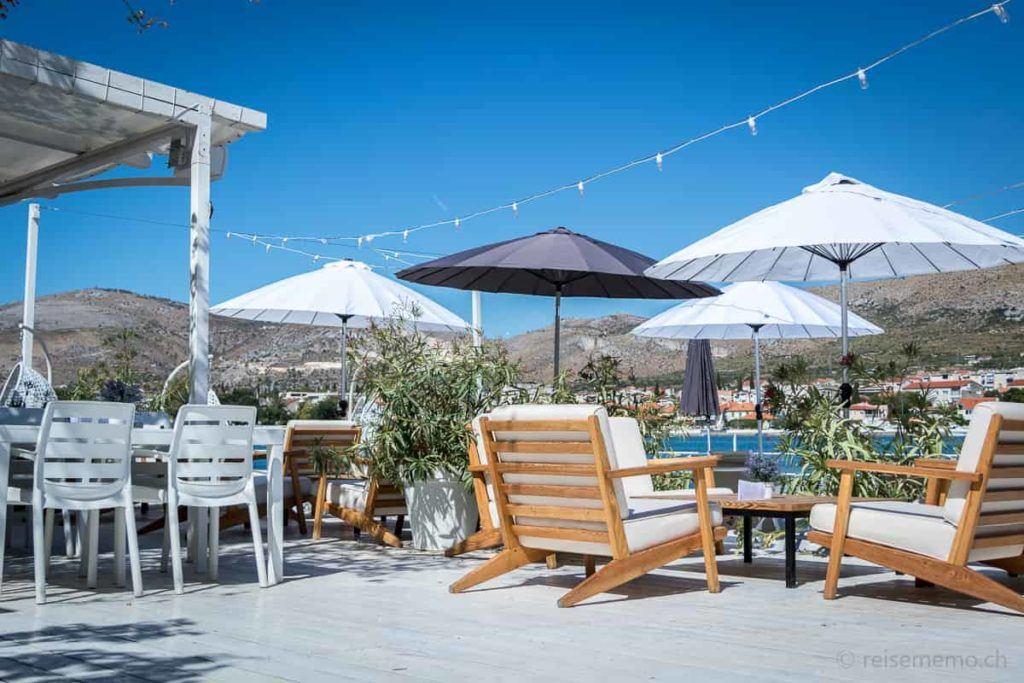 Brown Hotel Designerstühle und Sonnenschirme