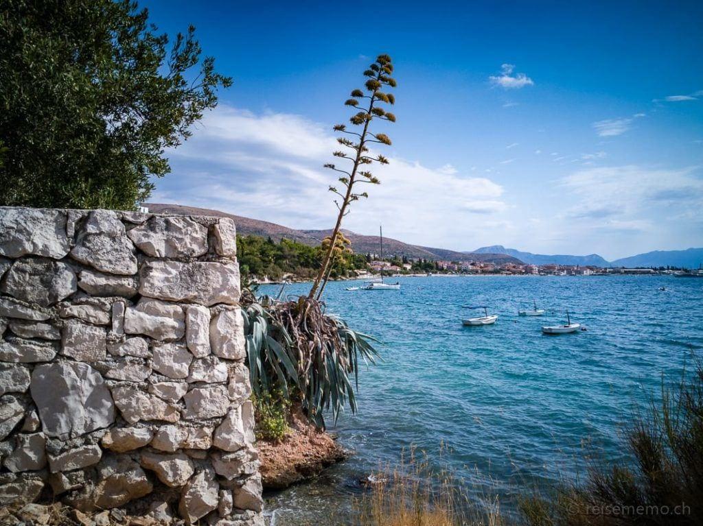 Felsküste bei Trogir zwischen den Beach Clubs