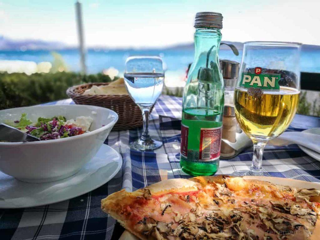 Pizza und Pan im Ballettschule Restaurant am Strand von Kaštel Kambelovac