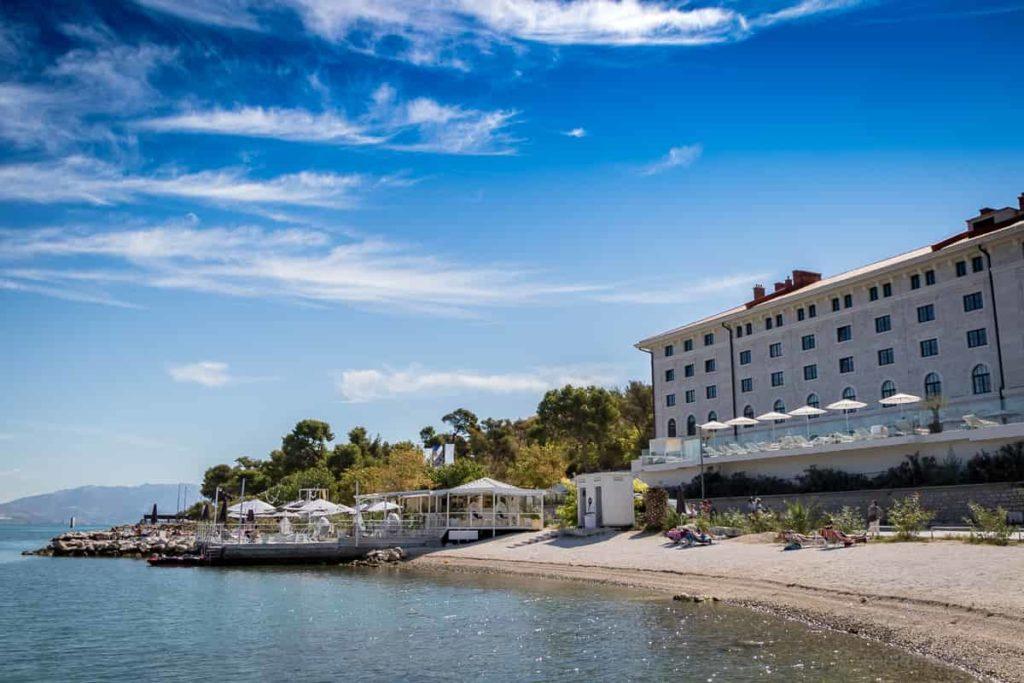 Brown Hotel und Beach Club bei Trogir