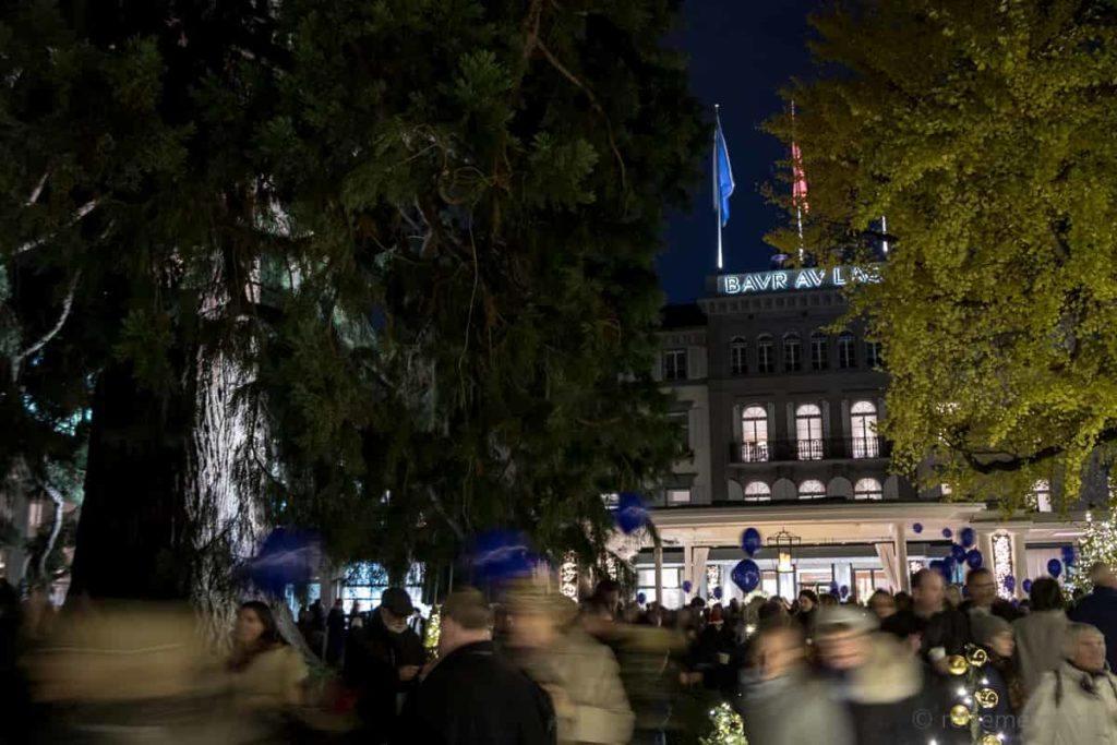 Besucher der Weihnachtsbaum-Einweihung im Hotelpark des Baur au Lac