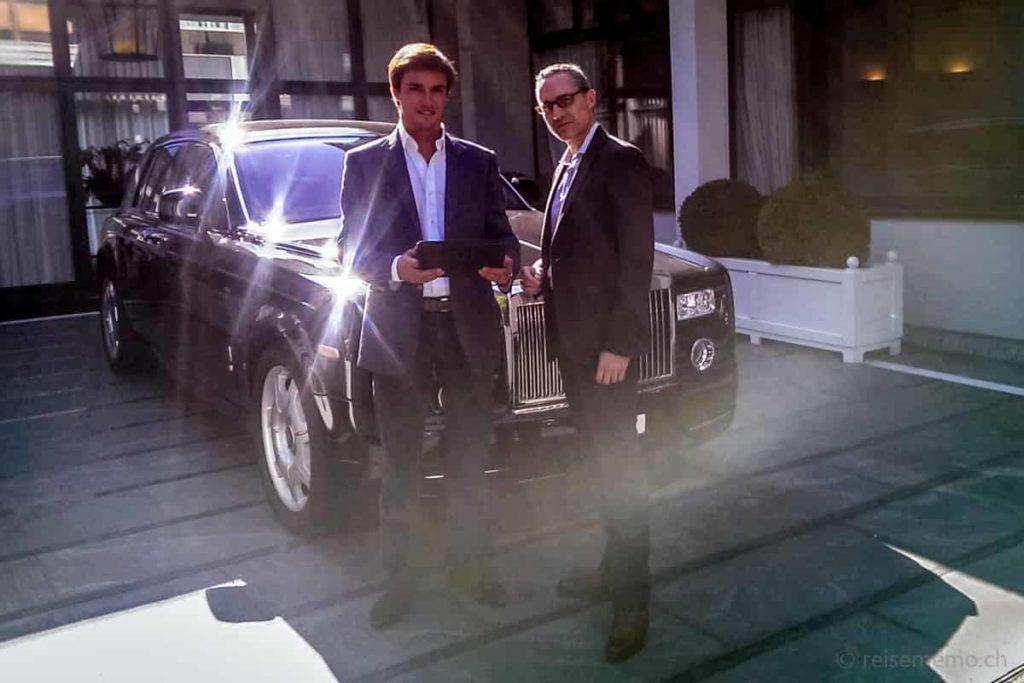 Miguel Champalimaud und Walter Schärer vor dem Rolls Royce des Baur au Lac