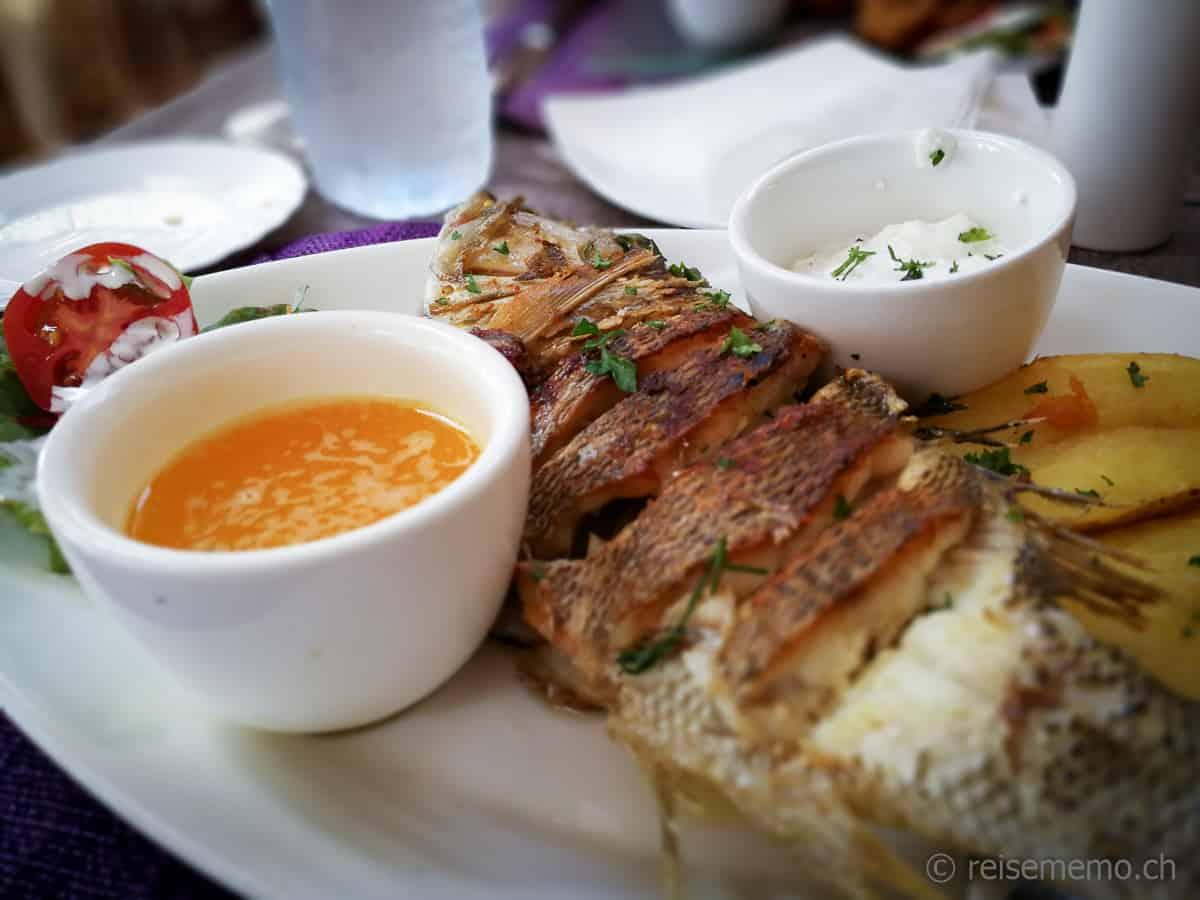 Grillierter Fisch im Restaurant Le Bougainville