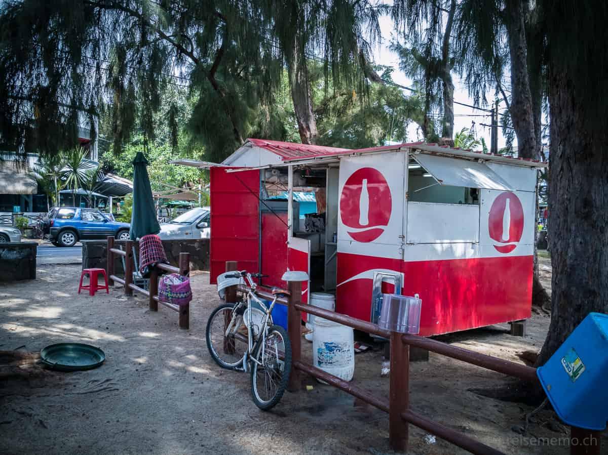 Coke-Getränkestand am Strand von Flic en Flac in Mauritius