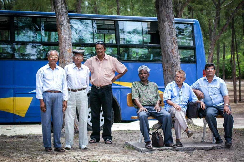 Kollegen am Strand von Flic en Flac in Mauritius