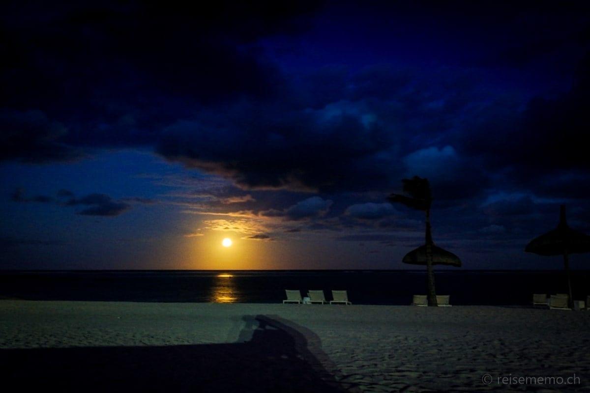 Mondaufgang am Strand von Long Beach in Mauritius