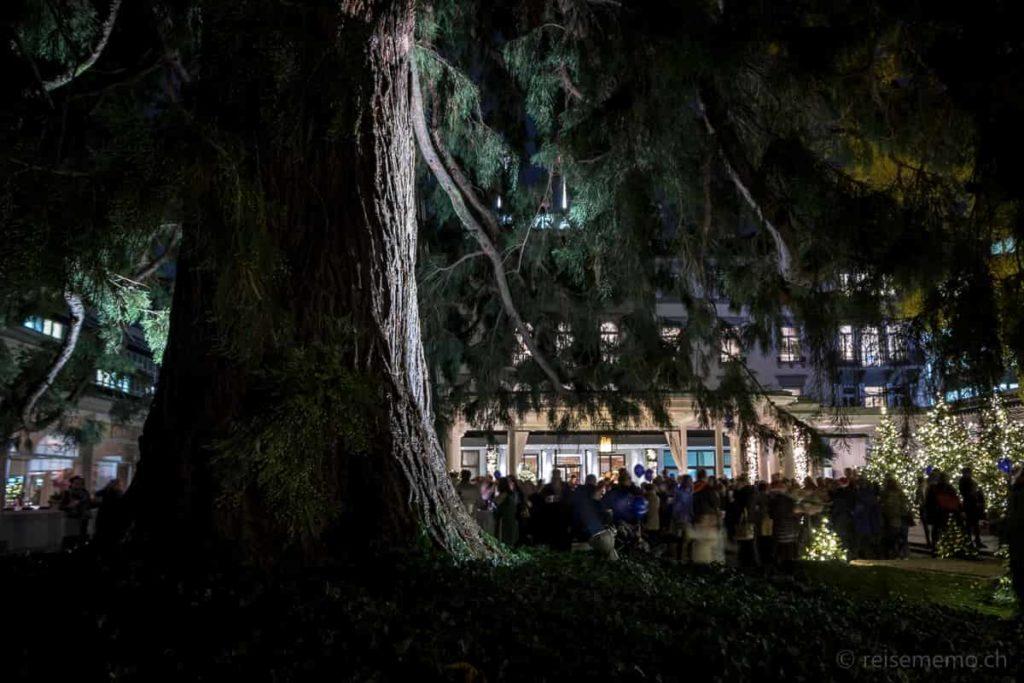 Besucher im Hotelpark des Baur au Lac