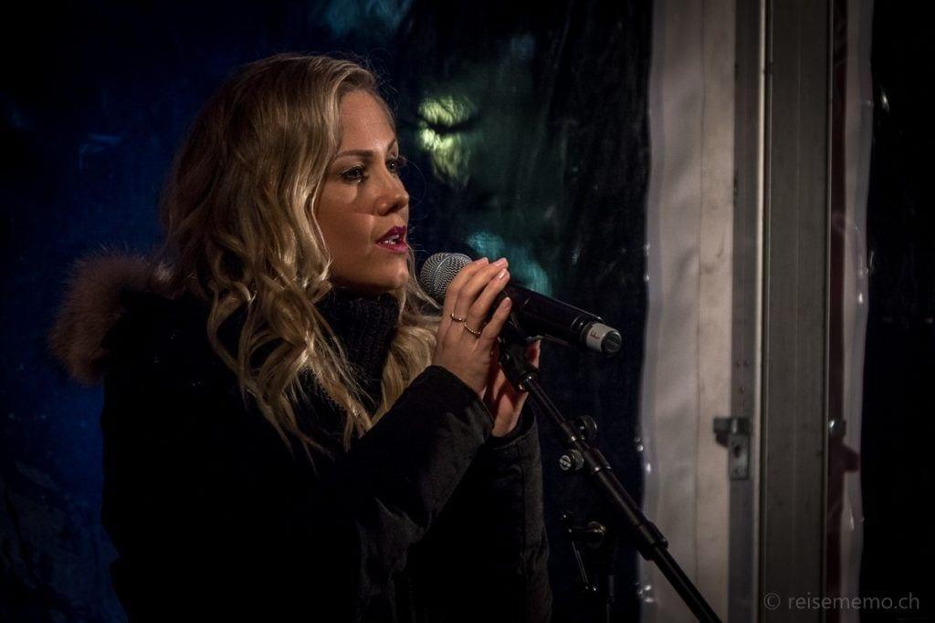 Sängerin Sabrina Auer singt Weihnachtslieder
