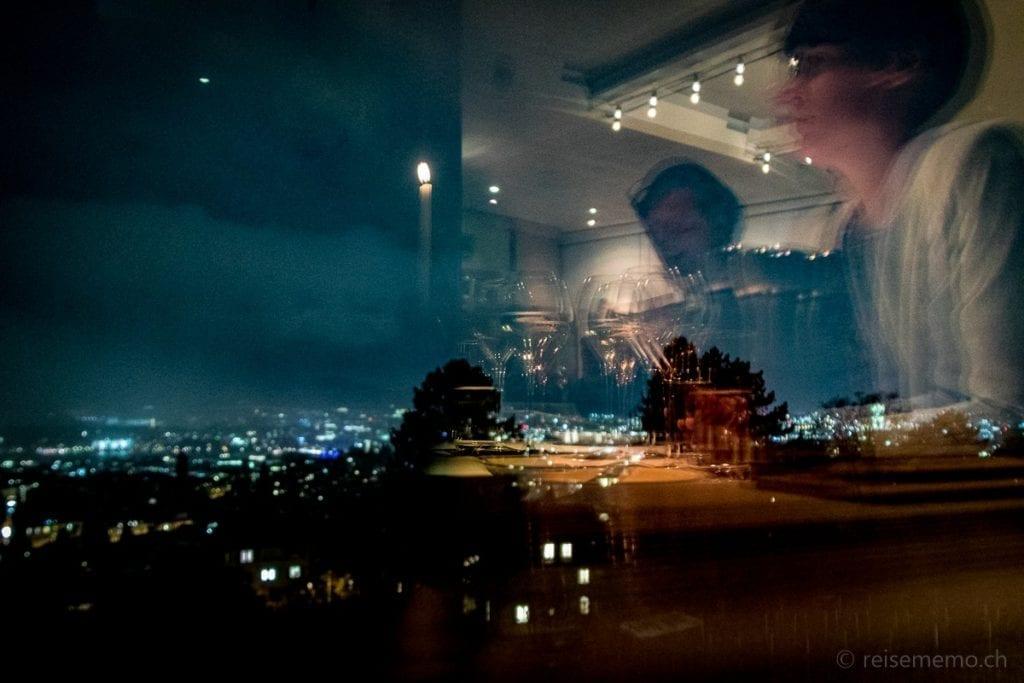 Antje Buchs geniesst die nächtliche Aussicht auf Zürich