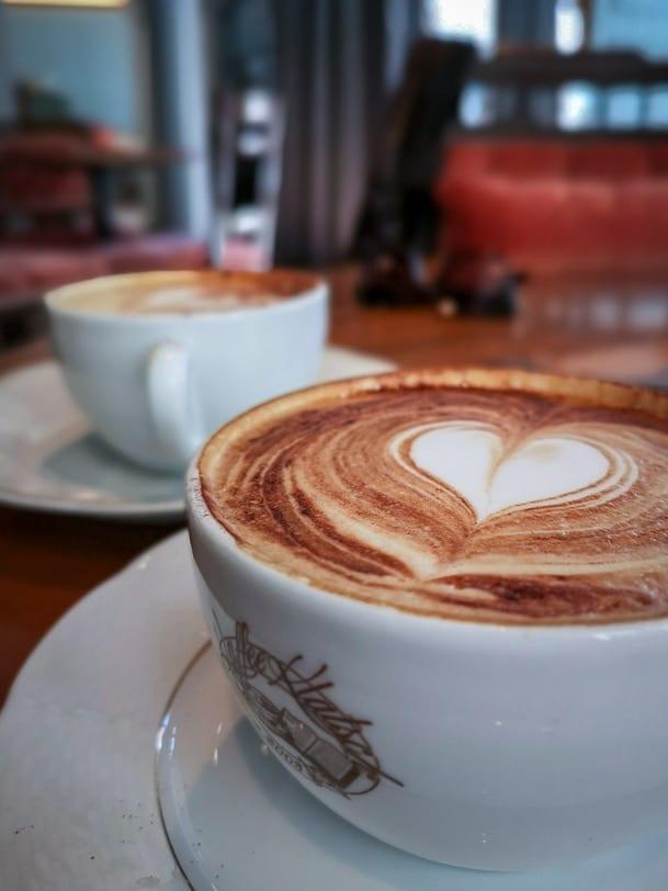 Latte Art Cappuccino im KaffeeKlatsch Rapperswil