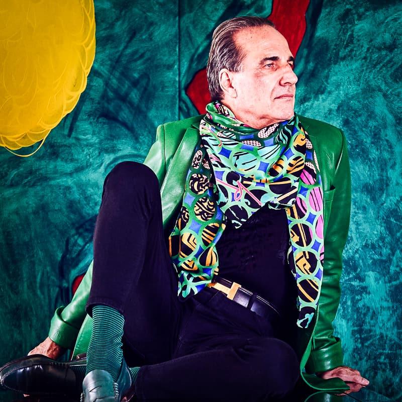 Architekt und Designer Carlo Rampazzi in grüner Lederjacke
