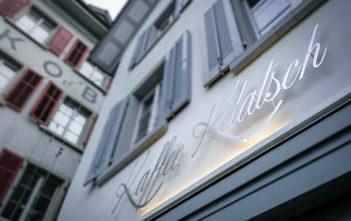 """Neue Beschriftung """"Kaffee Klatsch"""" über dem Eingang"""
