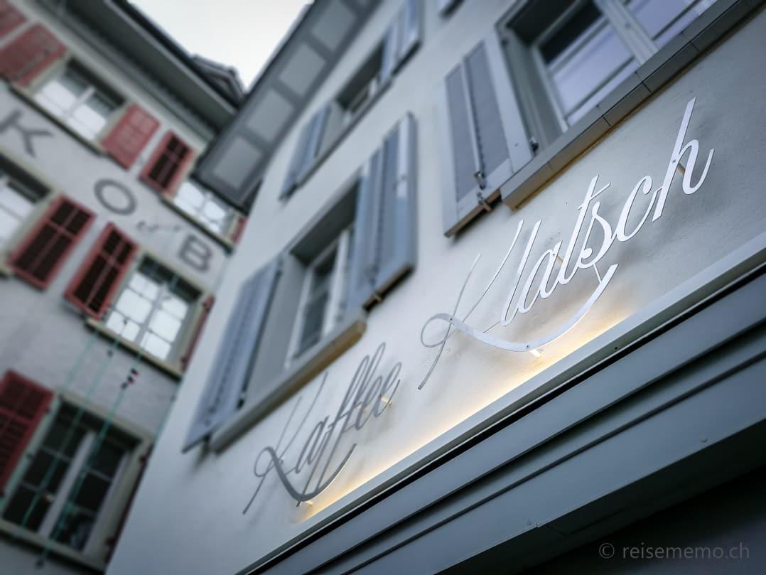 """Neue Beschriftung """"KaffeeKlatsch"""" über dem Eingang"""