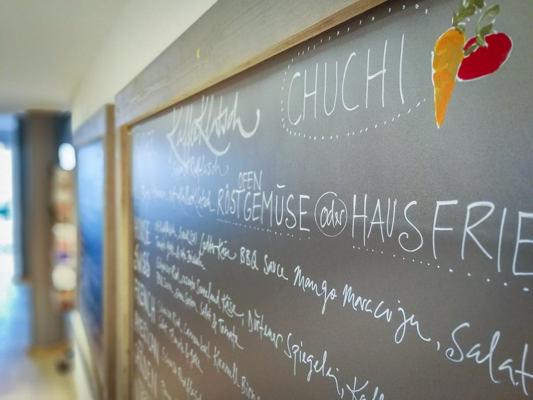 Wandtafel mit Mittagsmenu aus der Chuchi des KaffeeKlatsch Rapperswil