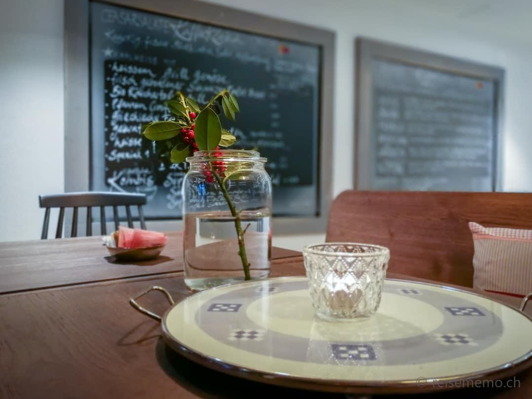 Tischdekoration und Wandtafel mit Mittagsmenu im Kaffee Klatsch