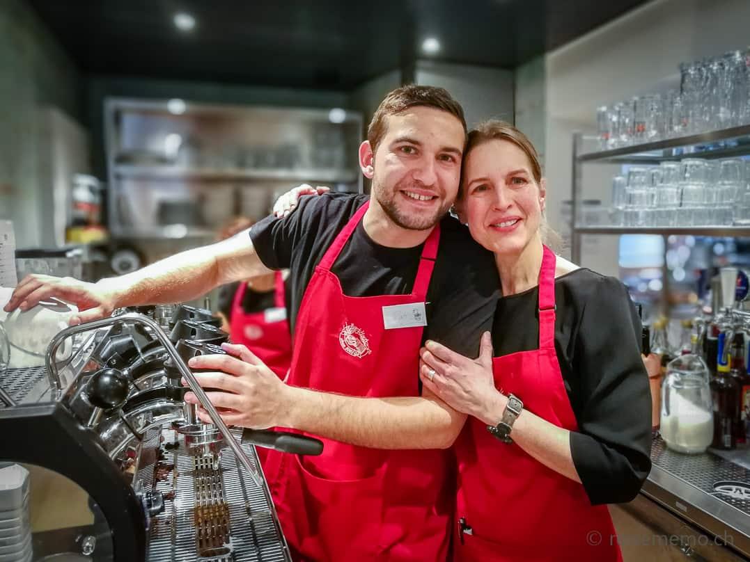 Co-Geschäftsführerin Svea Meyer mit Barista Patric im KaffeeKlatsch Rapperswil