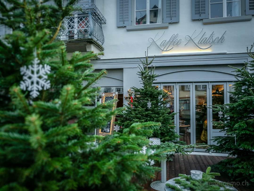 Tannenbäume beim Eingang des KaffeeKlatsch Rapperswil